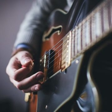 guitarist-picking-hand